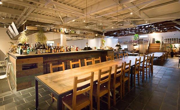 1Fは、那須の野菜や加工品が並ぶ「MARCHE」、その奥に那須の食材をたのしめる「TABLE」。広々とした空間が広がります。