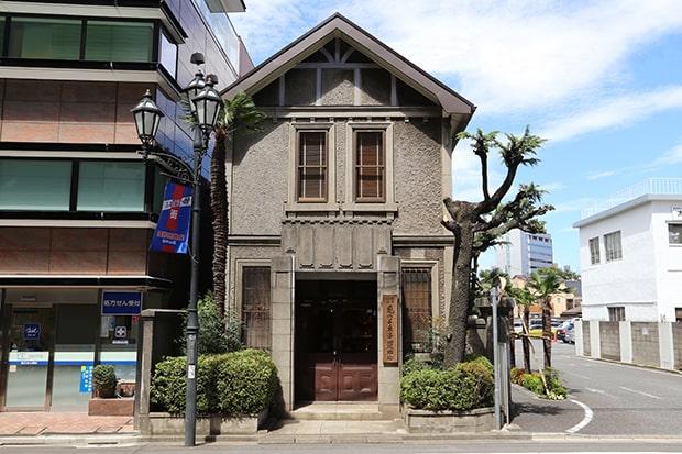 趣のある近代西洋建築が目を引く亀の子束子本店。