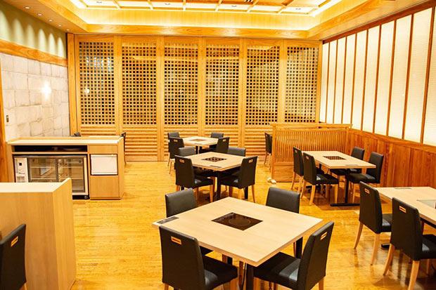 東京・半蔵門にある福岡県のアンテナレストラン〈福扇華(ふくおか)〉の店内。