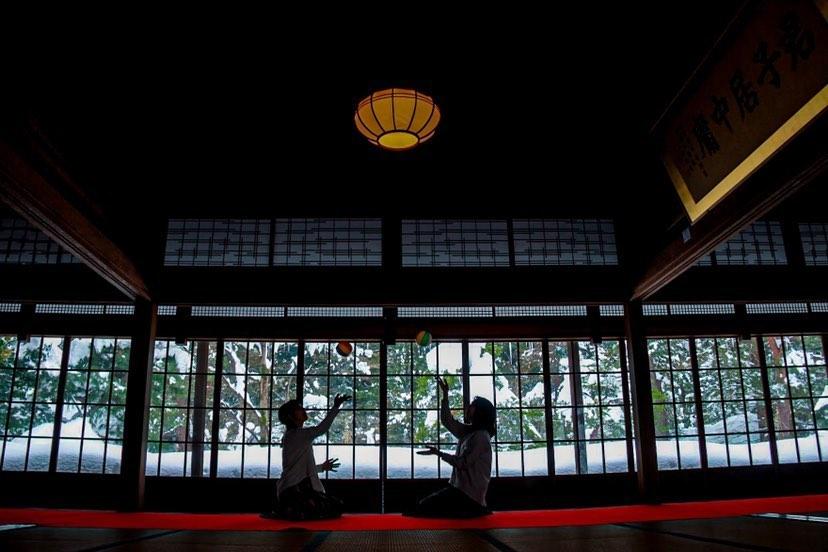 大地主伊藤家の旧大邸宅「北方文化博物館」の大広間で紙風船遊びをする女性2人