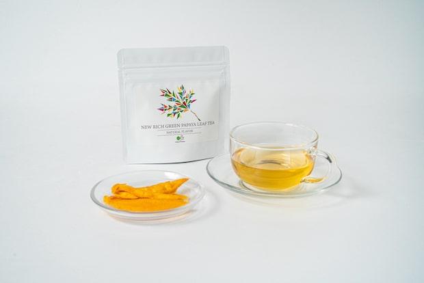 青パパイアリーフを贅沢に使用したお茶〈NEW RICH GREEN PAPAYA LEAF TEA〉2個入り350円(税込)※送料込み。青パパイアリーフは一般的に苦味が強いことで知られていますが、その苦味を極力抑える工夫をした製法でつくられています。