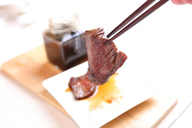 秩父ルージュとブドウの搾りかすを使った焼肉のタレをお肉にかけて
