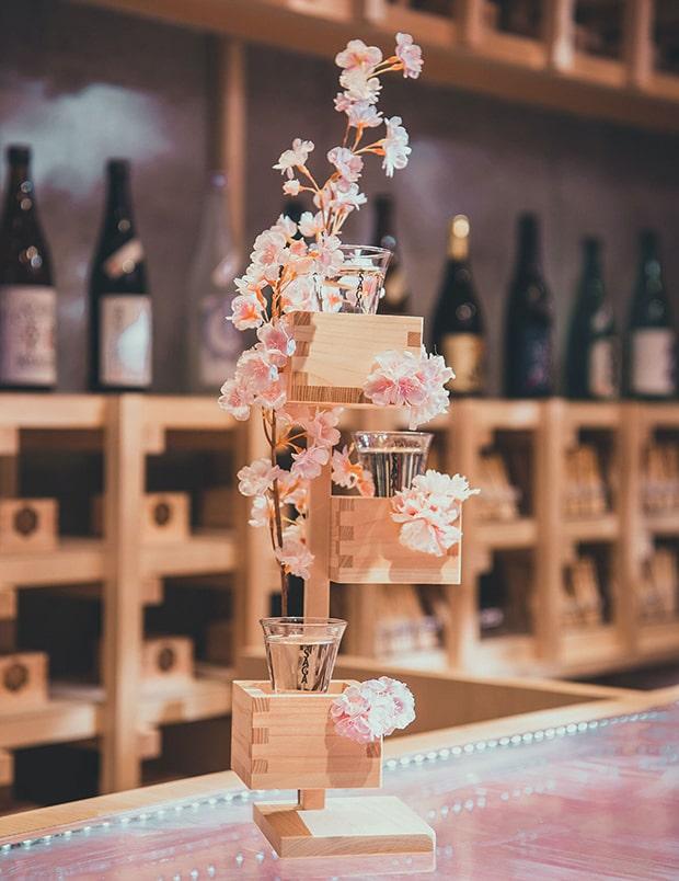 升が上下に3つ並び、その間を桜の花(造花)が飾る華やかなデザインの「桜升 一本桜」。