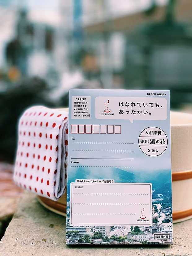 葉書サイズの箱に湯の花が2包封入されて本体価格380円(税込)。
