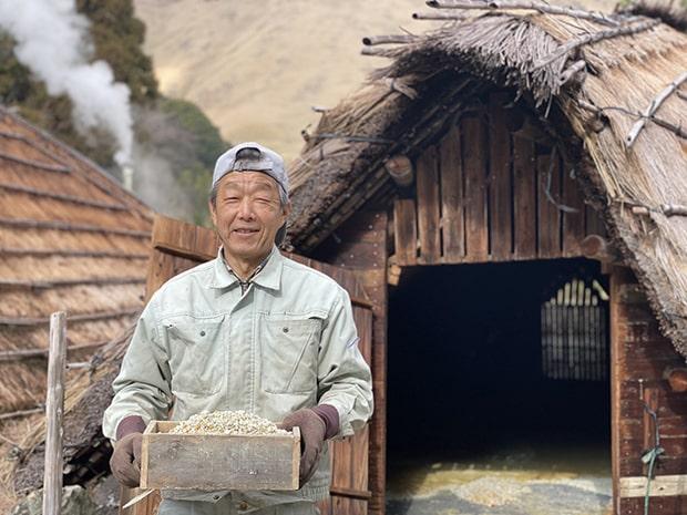 草牧信彦さん。62歳、現役の湯の花職人。3棟の湯の花小屋を草牧さんひとりで管理、生産しているのだそう。