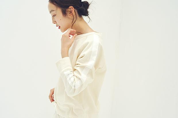 糸や生地などすべて日本製で、無染色にこだわったPRISTINEのウェアを着用した女性