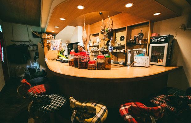 和田さんを中心に客同士があっという間に打ち解けていきます。店は2017にオープン。