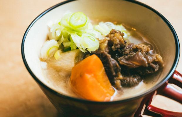 脂の旨さを味わいたいクマ肉は、自家製の三年味噌を使ってクマ汁(880円)に。肉は何度も噛み締めたくなる濃厚な味わい。