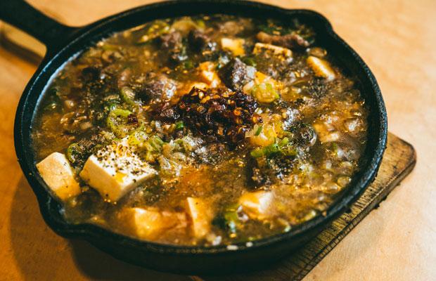 自家製ラー油を使ったイノシシの麻婆豆腐(880円)。軽やかながら甘みの濃い脂身のおいしさも魅力。
