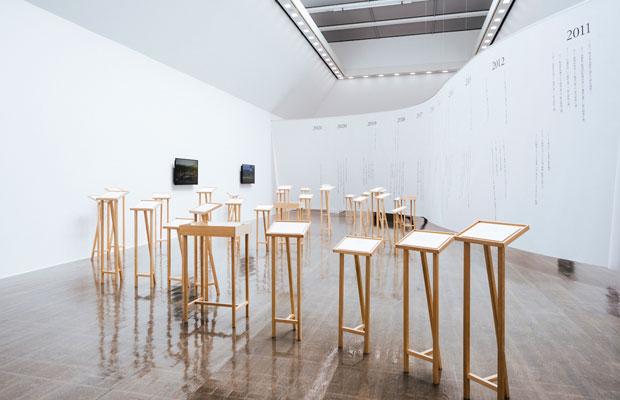 小森はるか+瀬尾夏美『あわいゆくころ再歩』2011-2021年 『3.11とアーティスト:10年目の想像』水戸芸術館現代美術ギャラリーでの展示風景。瀬尾さんが2011年から続けてきたツイートから選んだテキストとドローイング、小森が撮影した映像のなかを歩く。背景には水戸芸術館が作成した2011年以降の主な災害などの年譜が。