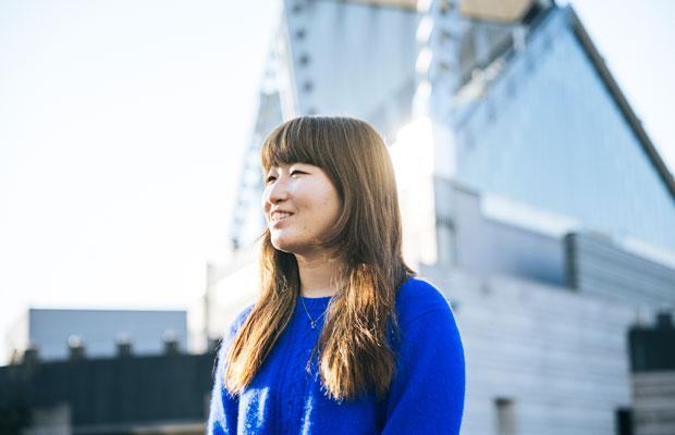 絵画や文章を描く瀬尾夏美さん。