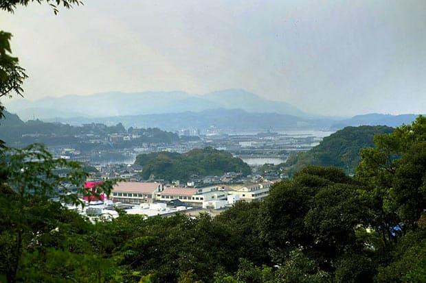 平成17年に5市町村が合併してできた新しい浜田市。高台にある浜田城跡では、リアス式海岸の風光明媚な景色が見られる。