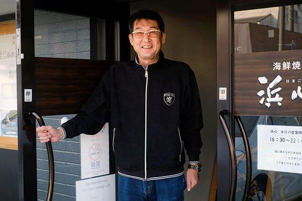 浜吉丸船主の金坂敏弘さん。島根県機船底引網漁業連合会の代表理事会長の肩書を持つ。沖どれ一番の魚を提供するため、市内で〈海鮮焼き 浜心〉を経営している。