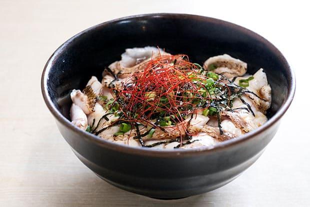 浜田の弥栄米を使用。ノドグロの脂がご飯に移り、香ばしさを醸し出している。