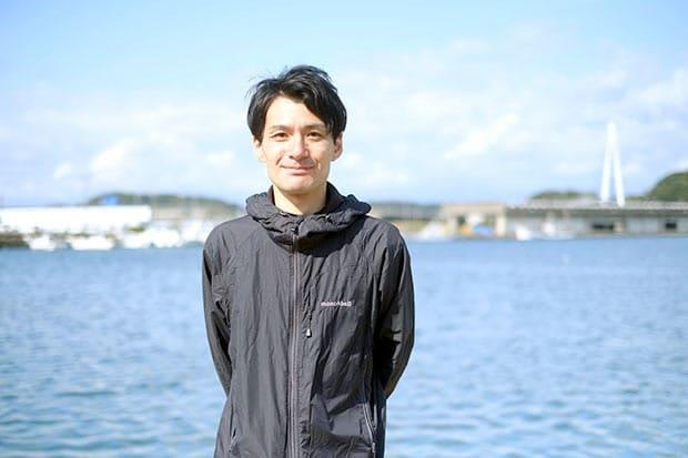 Uターンして父の河上清志さんが始めた会社で働く河上清貴さん。水産加工業を通してまちの未来をつないでいきたいと語る。ホームページを充実させ、ネットショップにも力を入れている。