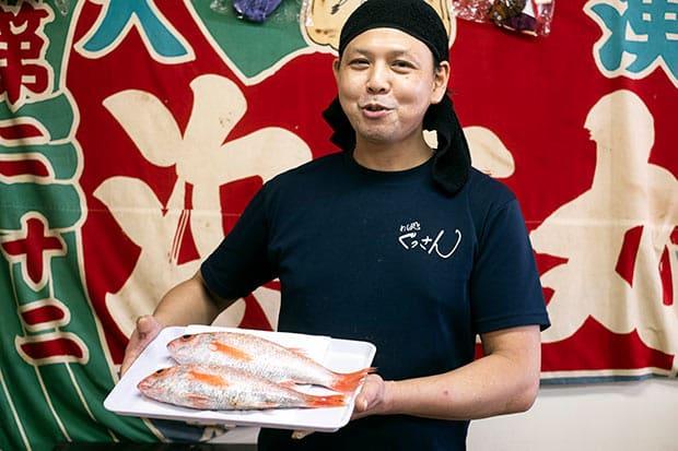 今回丼をつくるのに捌いたノドグロは、一匹2500円の立派なもの。〈めし処ぐっさん〉は、ぐっさんこと代表の山口隆さんが、港や市場で働く人がひと仕事終えた後に立ち寄れる店を、と2014年にオープンした。