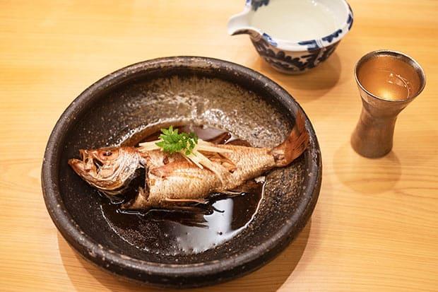 「うちは甘めを勝たせるけん。魚自体がしっかりとした味なんでね、濃い目に味つけするとおいしくできますね」と則皮さん。地元の醤油をベースにして、さまざまな醤油をブレンドしたものを使う。やわらかいので煮崩れをしないようにするのが難しい。