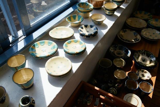 PORTRIVER MARKETはやちむんを中心に沖縄の雑貨や調味料などを揃える。沖縄色を生活に取り入れられる、麦島さんのセレクト眼が光る。