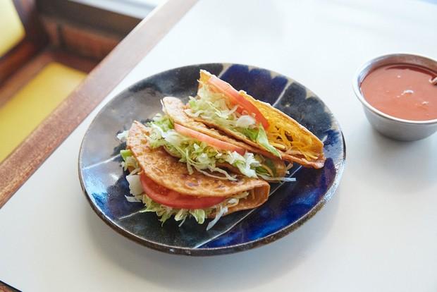 沖縄でもタコス好きの間で人気のセニョールターコ(1ピース200円)。うつわは大胆な絵つけが特徴の深貝工房の7寸皿(4290円)。