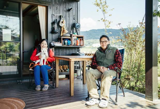 建設関係の仕事をしている松本茂高さんと弘美さんと愛犬・さくら。広縁でリラックス。