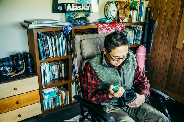 レンズを掃除しながらも、丹沢を眺められる茂高さんのベストポジション。