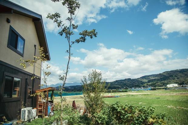 家の裏手は広々とした田園風景。