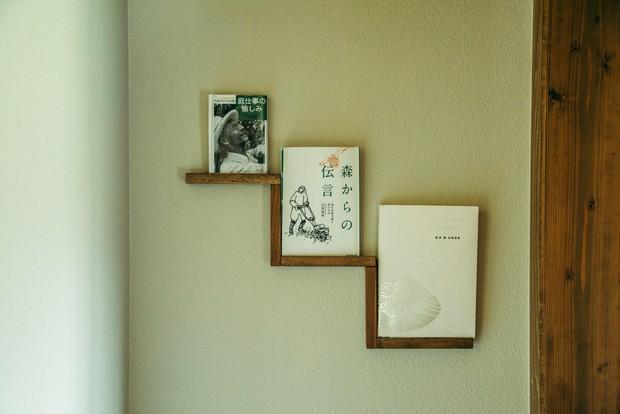 田渕義雄やヘルマン・ヘッセなど、大好きなネイチャー系の本もインテリアに。