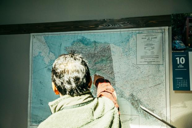 アラスカの地図を見て、思い出を語ってくれた。