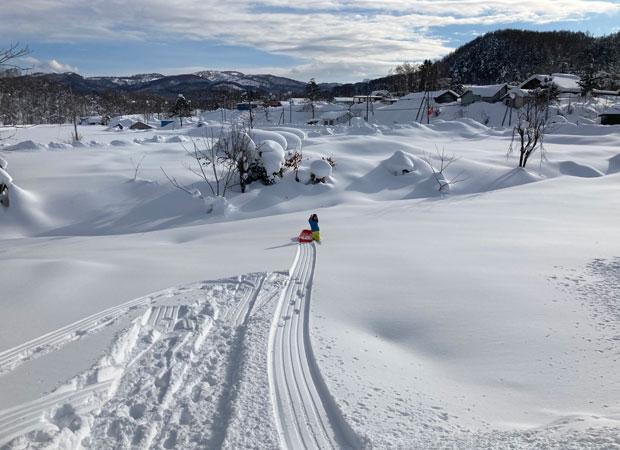 まだまだ雪深い美流渡だが、子どもたちは元気。家の裏がゲレンデ。