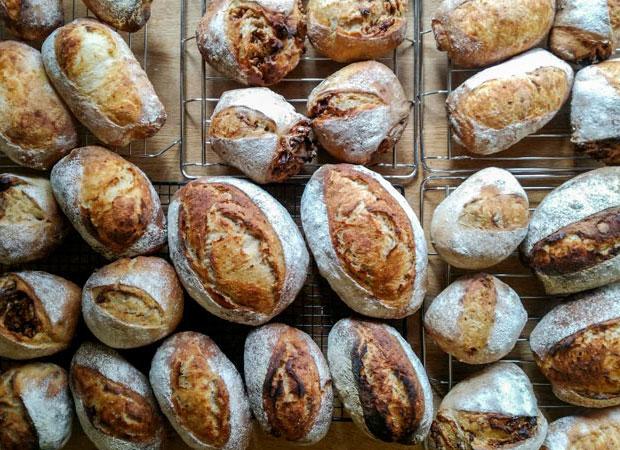 自家製玄米酵母で焼いたパンはとても好評。趣味が高じてパン屋に……!? と思いきや、なかなか大変ということです。