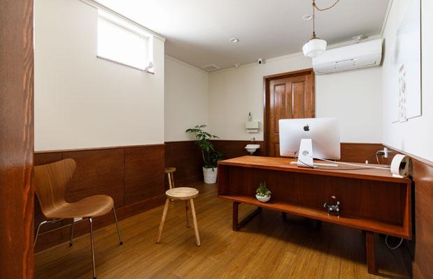 診察室。緊張感を和らげ話しやすい雰囲気となるよう、色使いや素材に配慮した。