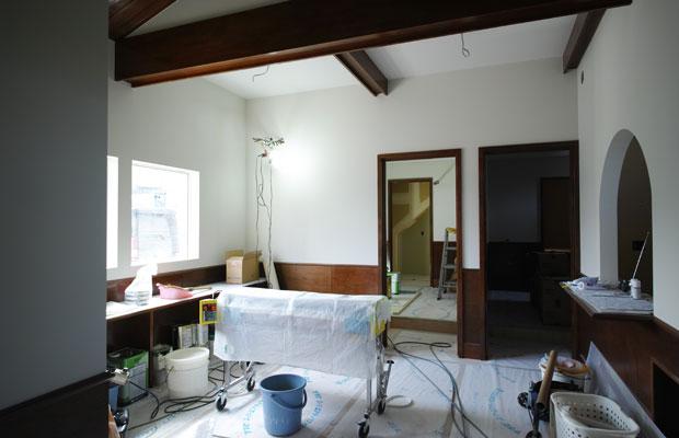 解体後に現れた梁に化粧を施し、天井の高さを上げる。