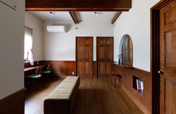 中央のふたつのドアは診察室と処置室へつながる。