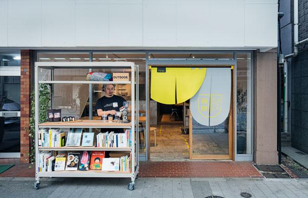 本棚は可動式で軒先や商店街にも出店可能です。