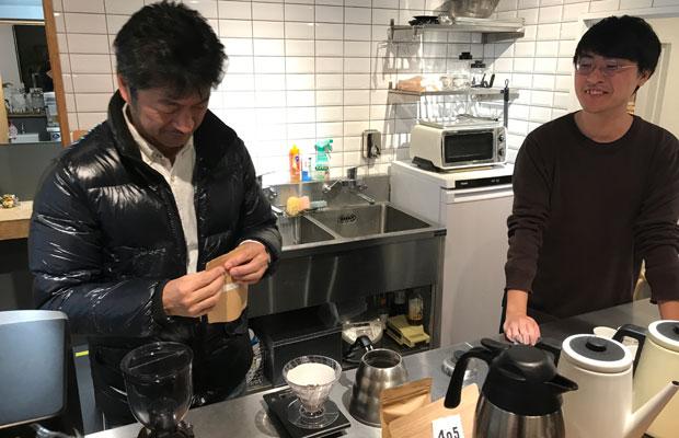 商店街にできたコーヒー専門店〈405 COFFEE ROASTERS〉さんにコーヒーの淹れ方を教わる。