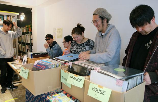 レコードマーケットでは地元のお店や若い人たちが多く参加した。