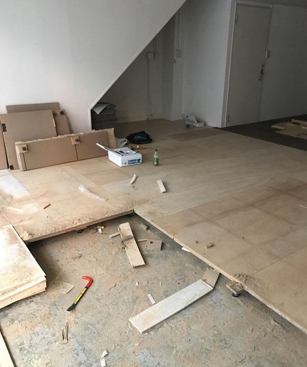 既存の床を剥がし土間まで床を剥がすことで、ホール部分の天井高をさらに高くします。