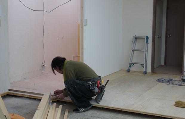 奥の半分は既存の床を残すことで、段差を生かします。