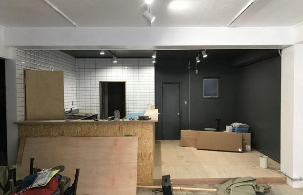 白いタイルと黒い塗装で対比的な空間を共存させます。