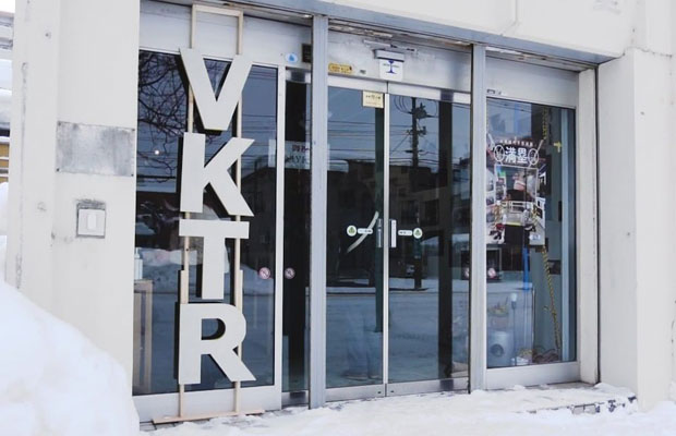 アーティストインレジデンスとは、芸術家を一定期間にわたって招き入れ、アーティストがその土地に滞在しながら作品制作を行う事業のこと。〈VKTR〉はその拠点として誕生した。