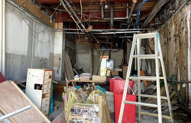 片づけが落ち着き始めた時点で、どんどん壁などを壊していく。天井の石膏ボードを外し、軽量鉄骨を外し、素人が悩みながら進める。