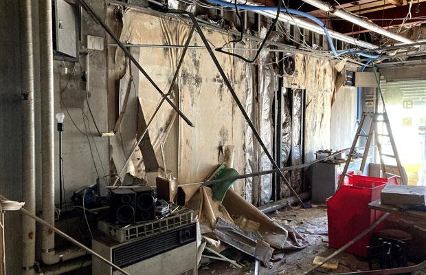 室内のゴミはすべて撤去したが、次は解体のゴミがどんどん出る。この辺りで業者さんにバトンタッチして、空間を仕上げてもらうことにした。