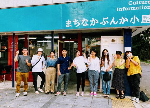 8月1日の概要説明&発起会。第1弾アーティストの安部祐生さん(左から4人目)も写っている。