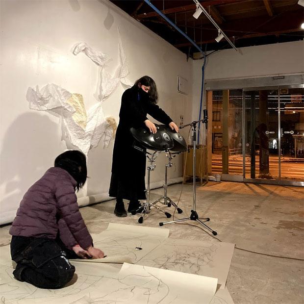 京都の現代美術家 山田愛さんと、東京のハンドパン奏者ホロタゴウさん。