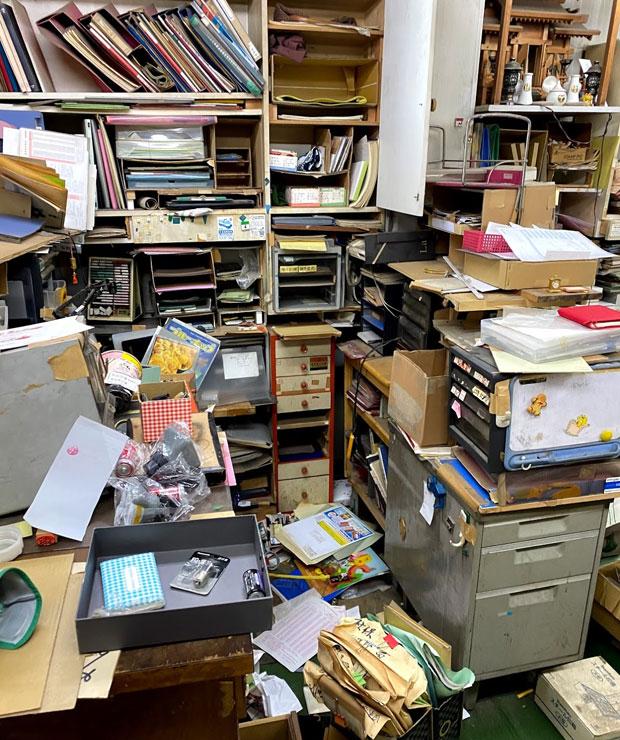 通帳、重要書類など、すべてが無造作に放り出されていた。
