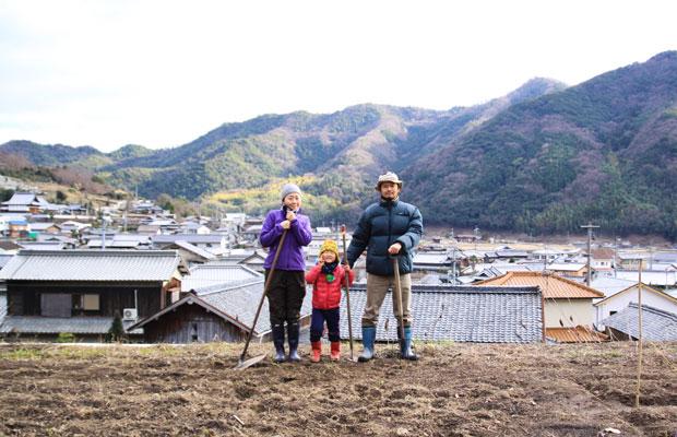 小豆島に移住してすぐに畑で撮影した家族写真。これがスタート。