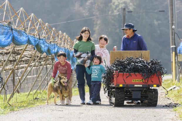 田中さん夫妻と自然豊かな須金でのびのびと育っている子どもたち。家族がいるから、慣れない須金での暮らしや研修中の生活も踏ん張りながら続けてこられた。(写真提供:きときと果樹園)