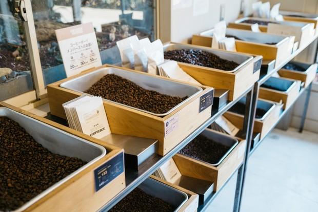 BEANS&GIFT店にて。直営店ではドリンクの提供だけでなく、自家焙煎したコーヒー豆の販売も行っている。