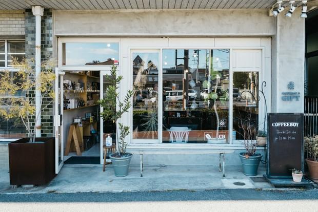 BEANS&GIFT店の外観。山本さんは、コーヒーを飲むときはぼんやりと考えごとをするか本を読んでいるそう。