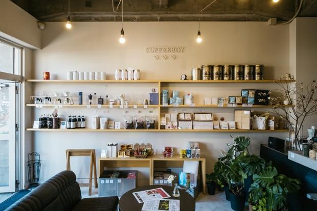 BEANS&GIFT店では、ボトルやギフト用のコーヒー豆なども販売している。コーヒーを愛する人にはたまらない空間だ。
